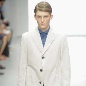 Le blazer dans tous ses états  Sur le podium de [brand=4294873024]Cerruti[/brand] , le blazer est oversize et s'offre une version longue. [people=2281]Jean-Paul Knott [/people] opte ainsi pour un modèle hybride: mi-blazer, mi gabardine. La nouvelle pièce des gentlemen et des garçons sages.