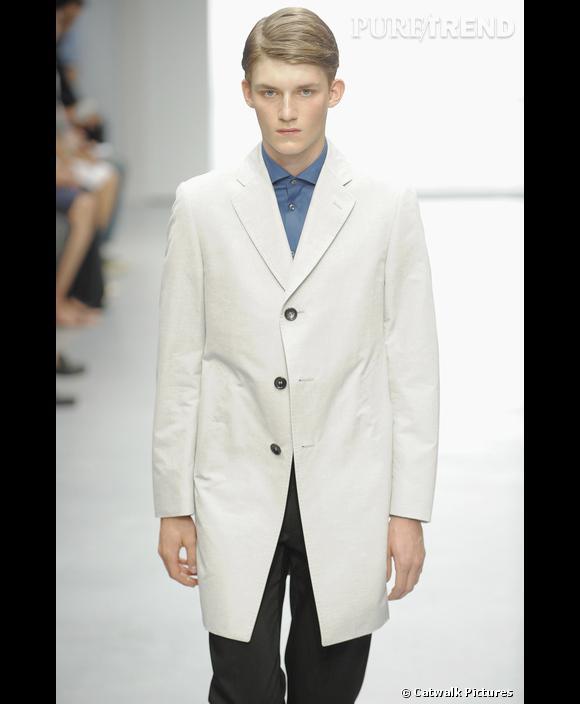 Le blazer dans tous ses états       Sur le podium de  [brand=4294873024] Cerruti [/brand]  , le blazer est oversize et s'offre une version longue.  [people=2281] Jean-Paul Knott  [/people]  opte ainsi pour un modèle hybride: mi-blazer, mi gabardine. La nouvelle pièce des gentlemen et des garçons sages.