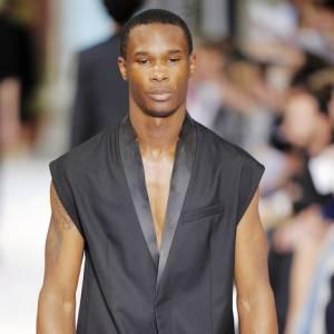 Le blazer dans tous ses états  Le blazer s'allège chez Dior Homme, et se passe de ses manches et de son col. [people=1973]Kris van Assche[/people] se taille un costume idéal pour l'été.