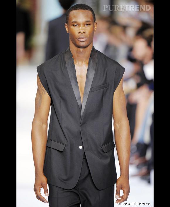 Le blazer dans tous ses états       Le blazer s'allège chez Dior Homme, et se passe de ses manches et de son col.  [people=1973] Kris van Assche [/people]  se taille un costume idéal pour l'été.