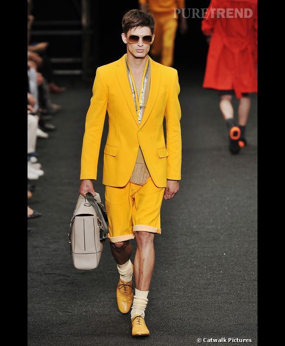 Couleurs flashy       Chez  [brand=4294719279] Louis Vuitton [/brand]  , les couleurs pop étaient de mise au début du show. Rouge, orange, jaune. Cette dernière couleur avait particulièrement la cote, et se déclinait sur cinq silhouettes différentes. Blazer, bermuda, pull, polo, pantalon et même derbies se sont offert une version vitaminée.