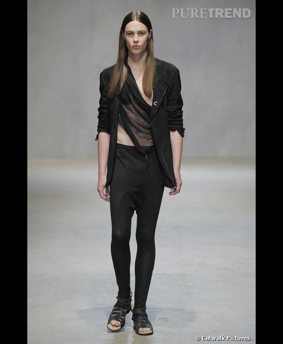 Le hommes en legging        [brand=4294719582] Damir Doma [/brand]  ose le legging aux allures de sarouel. Le résultat: une silhouette rock et féminin, accentuée par un choix de mannequins au physique androgyne.