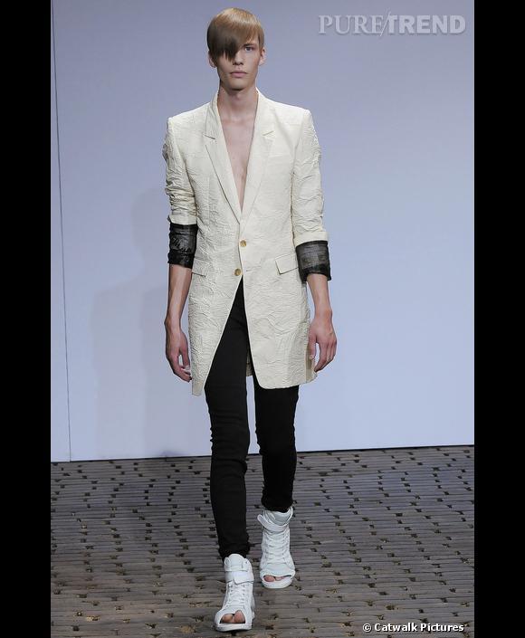 Les hommes en legging       Chez  [brand=4294719358] Juun.J [/brand]  le legging se porte sous un bermuda ou un blazer long, et se rentre dans des baskets ouvertes. Un look sportswear et décontracté, mixé avec des pièces beaucoup plus classiques.