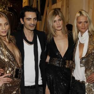 Christophe Decarnin entouré de ses mannequins, des belles très brillantes.