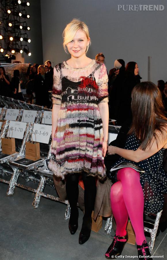 [people=2119] Kirsten Dunst [/people]  porte une robe  [brand=4294774771] Rodarte [/brand]  , en maille rapiécée, de l'Automne-Hiver 2008-2009.