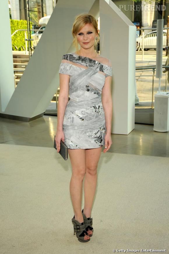 [people=] Kirsten Dunst [/people]  porte une robe  [brand=4294774771] Rodarte [/brand]  qui semble bander le corps pour une silhouette de guerrière futuriste ( l'Automne-Hiver 2009-2010).