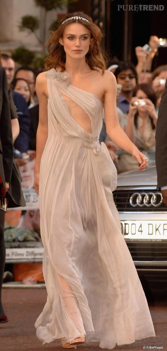 [people=2274] Keira Knightley [/people]  , vestale contemporaine, en robe  [brand=4294774771] Rodarte [/brand]  de l'Automne-Hiver 2007-2008.
