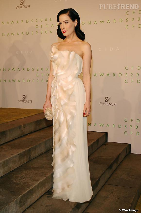 Dita Von Teese porte une robe fourreau  [brand=4294774771] Rodarte [/brand]  , en 2006.