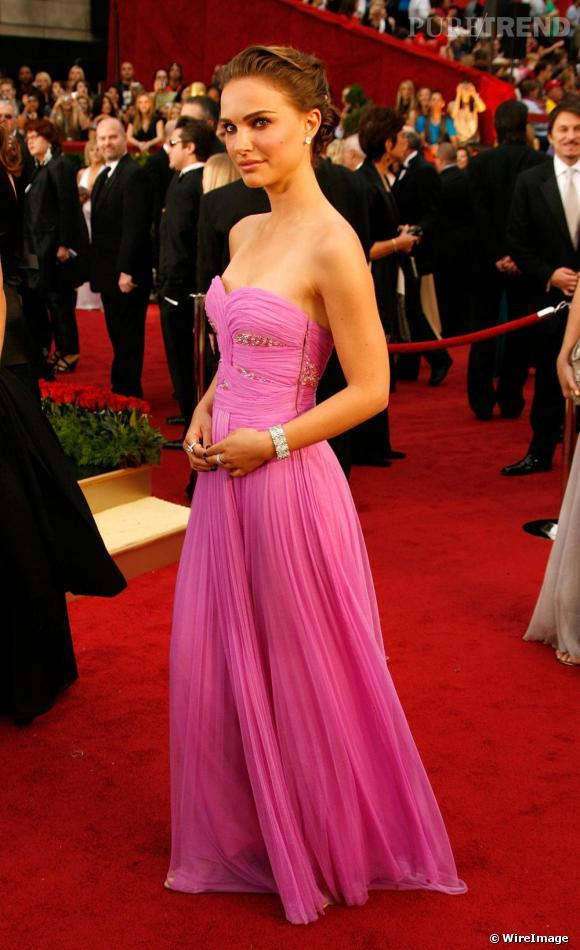 [people=2138]Natalie Portman[/people] porte une robe bustier Rodarte, aux oscars 2009.