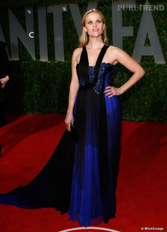 [people=2418] Reese Witherspoon [/people]  est une adepte de la marque. Ici, elle porte une robe Printemps-Eté 2009. Le bleu électrique, la construction inventive de cette robe pimente un peu le tapis rouge, où défilent souvent des silhouettes sans saveur.