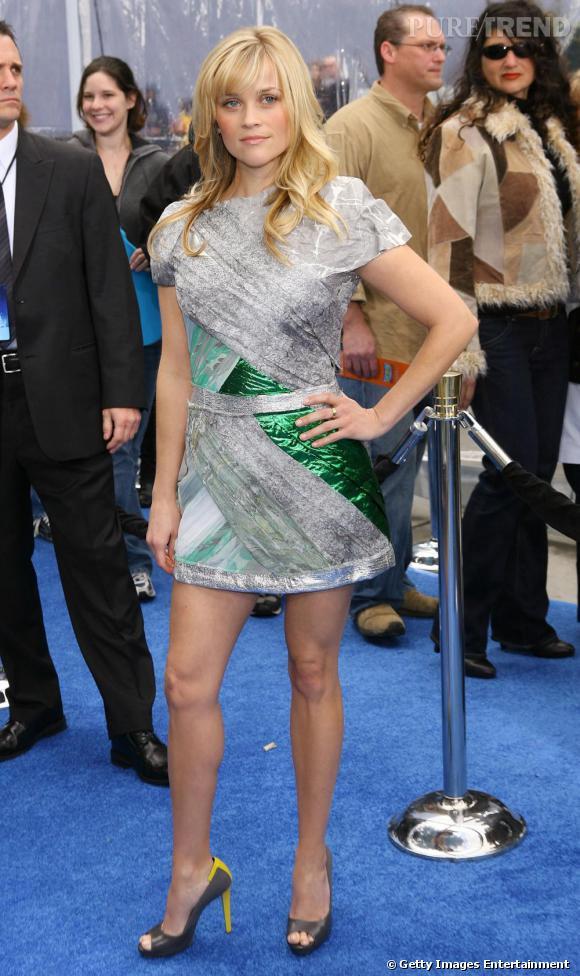 Reese Witherspoon encore en  [brand=4294774771] Rodarte [/brand]  . Elle opte cete fois-ci pour une robe courte, à la construction inventive, qui lui confère une silhouette de guerrière futuriste.