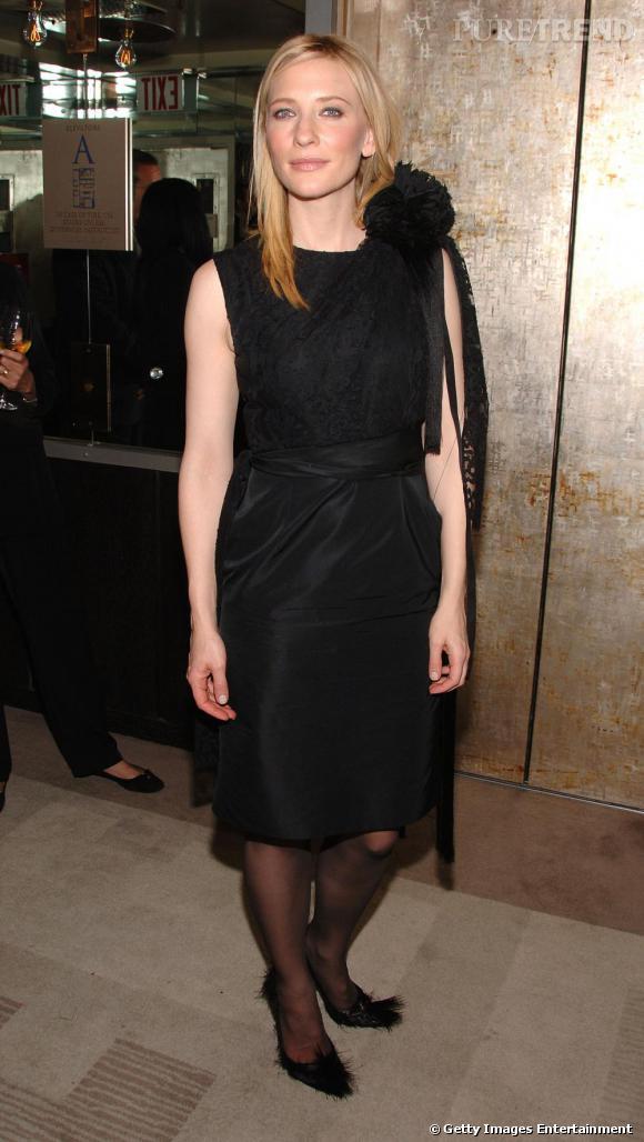 [people=2152] Cate Blanchett [/people]  , très élégante, en robe noire Rodarte, à la facture, cette fois-ci, plutôt classique.