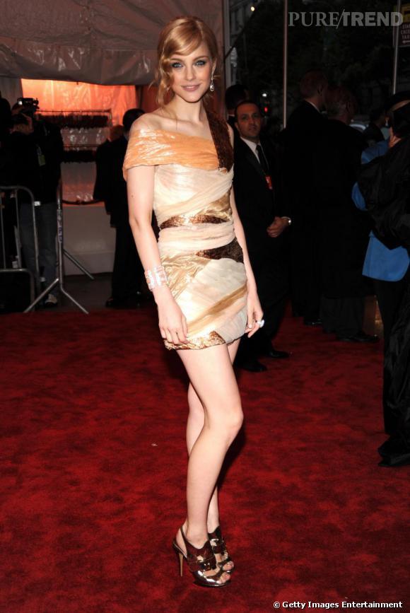 [people=2392] Jessica Stam [/people]  , amazone contemporaine, en robe  [brand=4294774771] Rodarte [/brand]  .