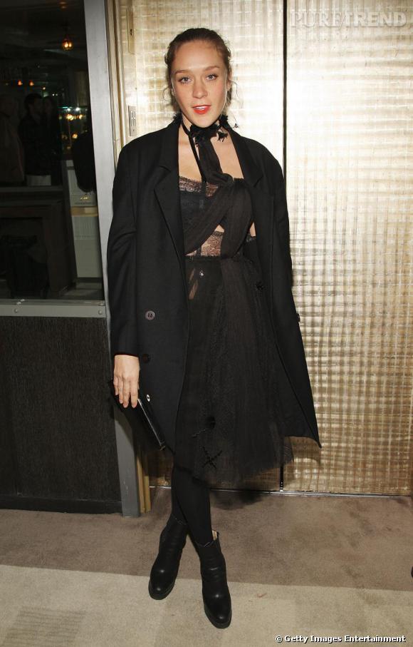 [people=1980] Chloé Sevigny [/people]  propose une vision personnelle, un brin gothique, de cette robe noire  [brand=4294774771] Rodarte [/brand]  .