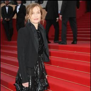 L'actrice Isabelle Huppert craque pour une robe d'un noir irisé Louis Vuitton de la collection Automne-Hiver 2009/2010.