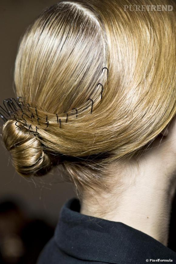 Les pinces à cheveux deviennent objet de convoitise cette saison. A condition d'en mettre beaucoup... Une coiffure à adopter sur des cheveux blond afin d'accentuer le contraste de couleur. On s'amuse avec les fourches, on dessine, on contourne les mèches...