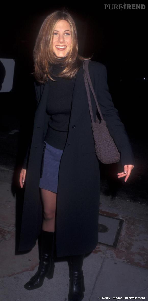 A ses débuts dans  Friends , Jennifer Aniston a un look chargé et triste : des bottes carrées et un manteau XXL en laine sur un col roulé. Pas très attrayant.
