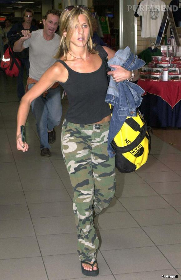 L'actrice est de retour avec ses tongs compensées. Baggy militaire, top noir sous veste en jean : trop de couleurs tuent un look.