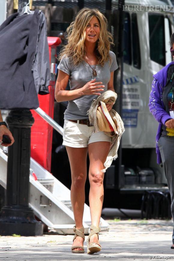 Le look préféré de Jennifer Aniston : la combinaison micro short et top loose. Faussement décoiffée, l'actrice resplendit du haut de  ses sandales Stuart Weizman  .