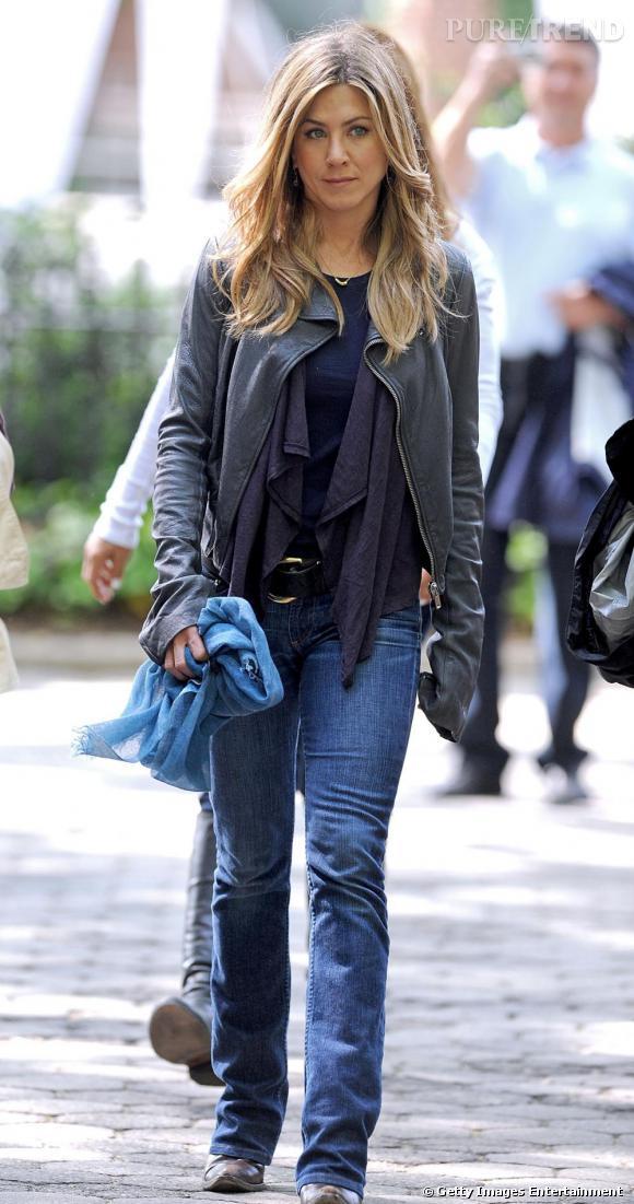Exit le manteau XXL lorsqu'il fait frais. En 2009, Jennifer Aniston est pile dans la tendance, perfecto sur les épaules sur un haut violet.