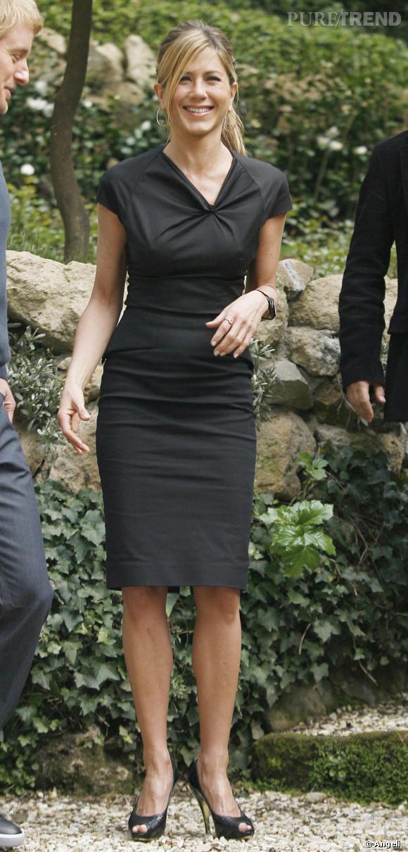 Jennifer Aniston est de plus en plus féminine. Et en pleine rue, elle porte des robes ajustées qui dévoilent un corps parfait. Haut perchée, elle resplendit.