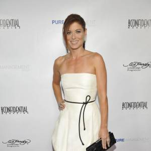 Debra Messing sur le red carpet de la soirée Pre-Emmy à Los Angeles