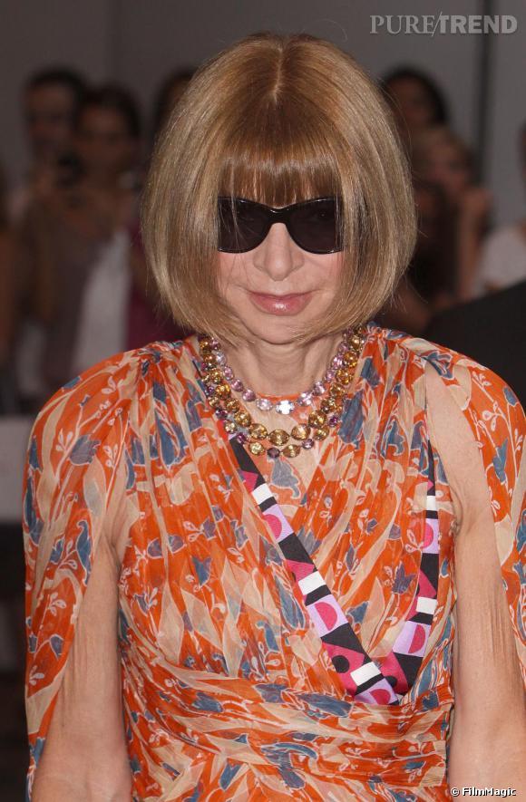 Obsession n°1 : Les lunettes noires. Certainement aussi célèbres que son carré, la redactrice en chef du Vogue US ne les quitte jamais. Cet accessoire mode est devenu au fil du temps un outil de travail lui permettant de masquer ses émotions et surtout son opinion sur les créations pendant les défilés.