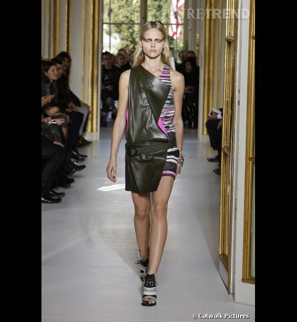 Défilé Balenciaga  Printemps Eté 2010  Après une collection précieuse toute en drapés de soie, Nicolas Ghesquière habille les amazones d'armures en cuir.