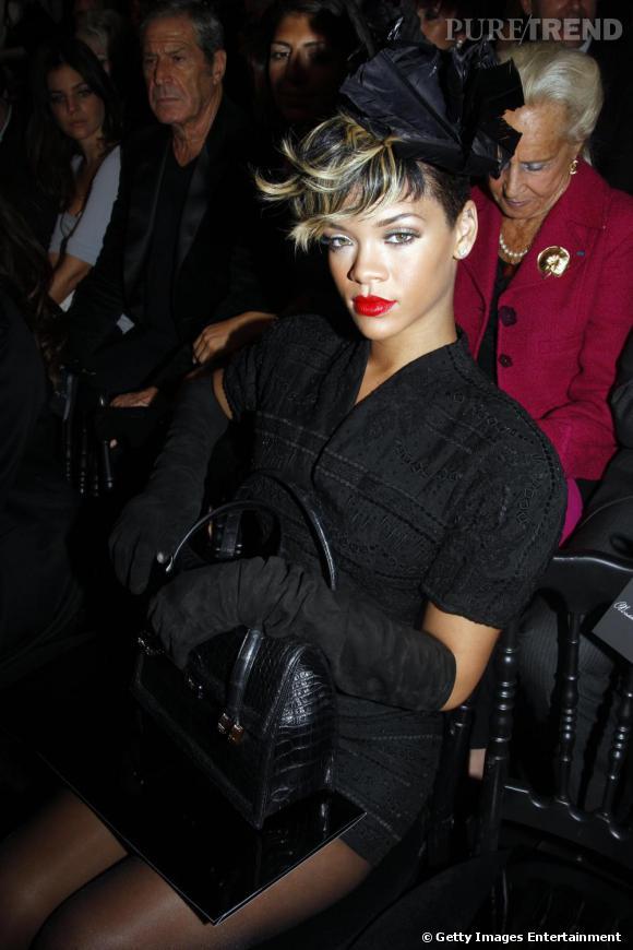 Défilé Christian Dior  Printemps Eté 2010  Rihanna faisait partie du très chic premier rang du défilé Christian Dior. La chanteuse a revêtu sa tenue de pin-up pour l'occasion.