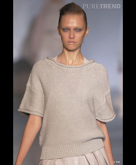 Cacharel  , Défilé Printemps-Eté 2010, Paris      La maille épaisse de ce pull Cacharel donne une image, fraiche et légère, grâce au choix d'une teinte gris givré.