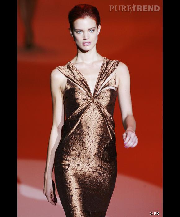 Carolina Herrera  , Défilé Printemps-Eté 2010, New York      Délicatesse d'une couleur fondue au corps pour Carolina Herrera. Nuance de cuivre glacé, reflet nacré d'un brun chaud en harmonie avec la teinte des cheveux acajou.