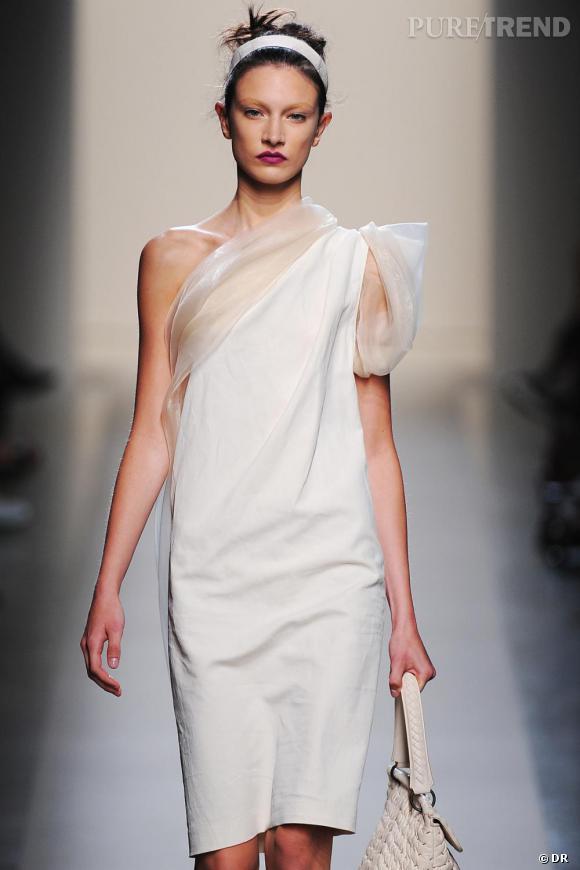 Bottega Veneta  Défilé Printemps-Eté 2010, Milan  Le Blanc est souvent associé à la simplicité. Trop de blanc peut créer un vide. Le maquillage devient alors primordial pour relever le teint et le regard.