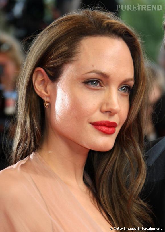 La crinière sur le côté, la bouche pleine rouge, les yeux à peine maquillés, Angelina a bien appris la leçon. Elle est sublime.