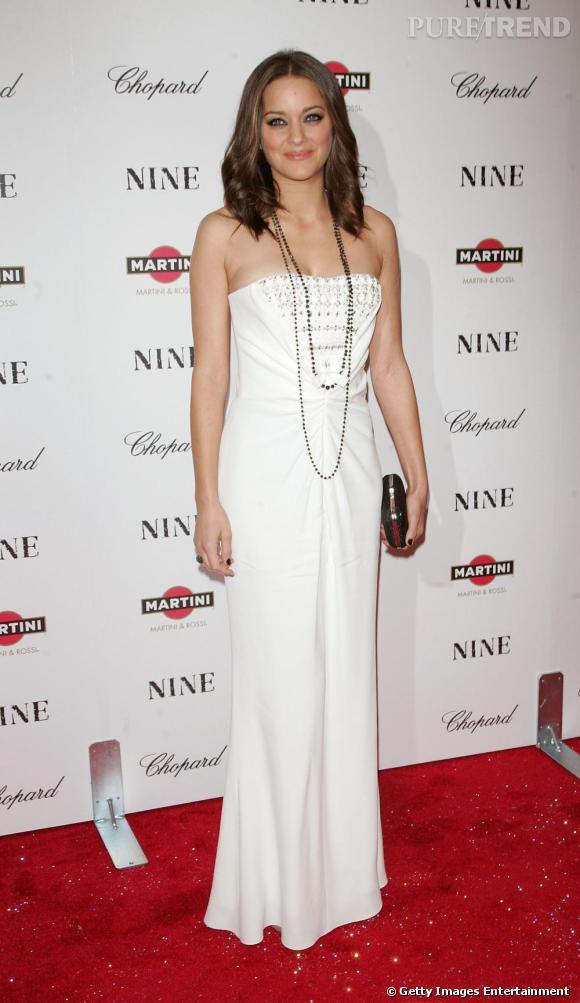 Blancheur immaculée d'une longue robe bustier pour une étoile naissante du cinéma mondial