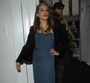 Plus classique, l'actrice de 8 Mile savait rayonner dans une petite robe bleu foncé. Une couleur qui convient particulièrement aux blondes.