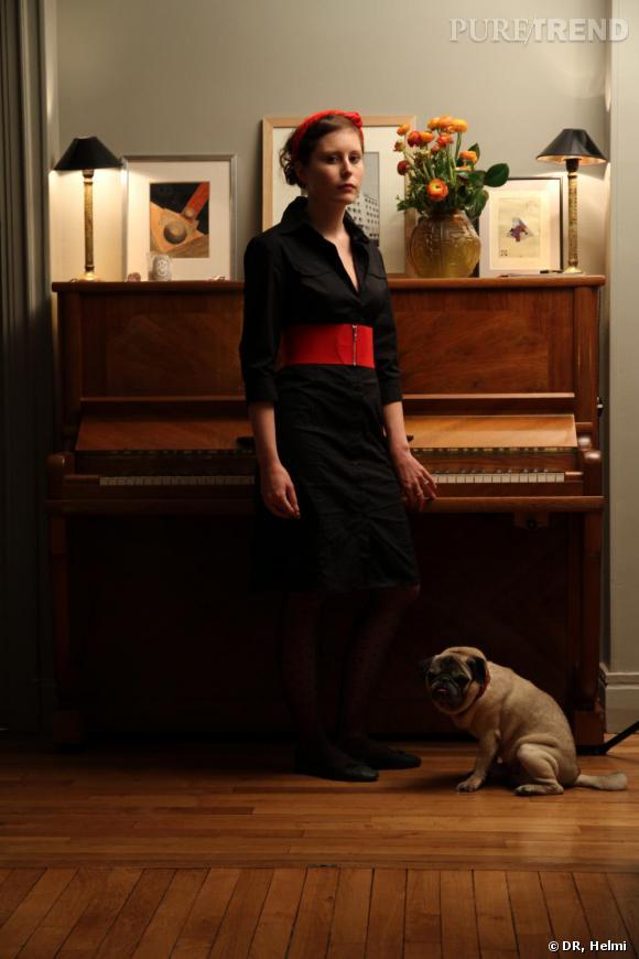 Luxe, calme et austérité. La BCBG, tout comme son mobilier ponctue son appartement avec un classicisme certain. Un vieux piano, un serre-tête, un chien...  Elvire nous propose une version plus hype des Lequesnois, en troquant l'imprimé écossais contre des collants plumetis (potentiel trés hype!).