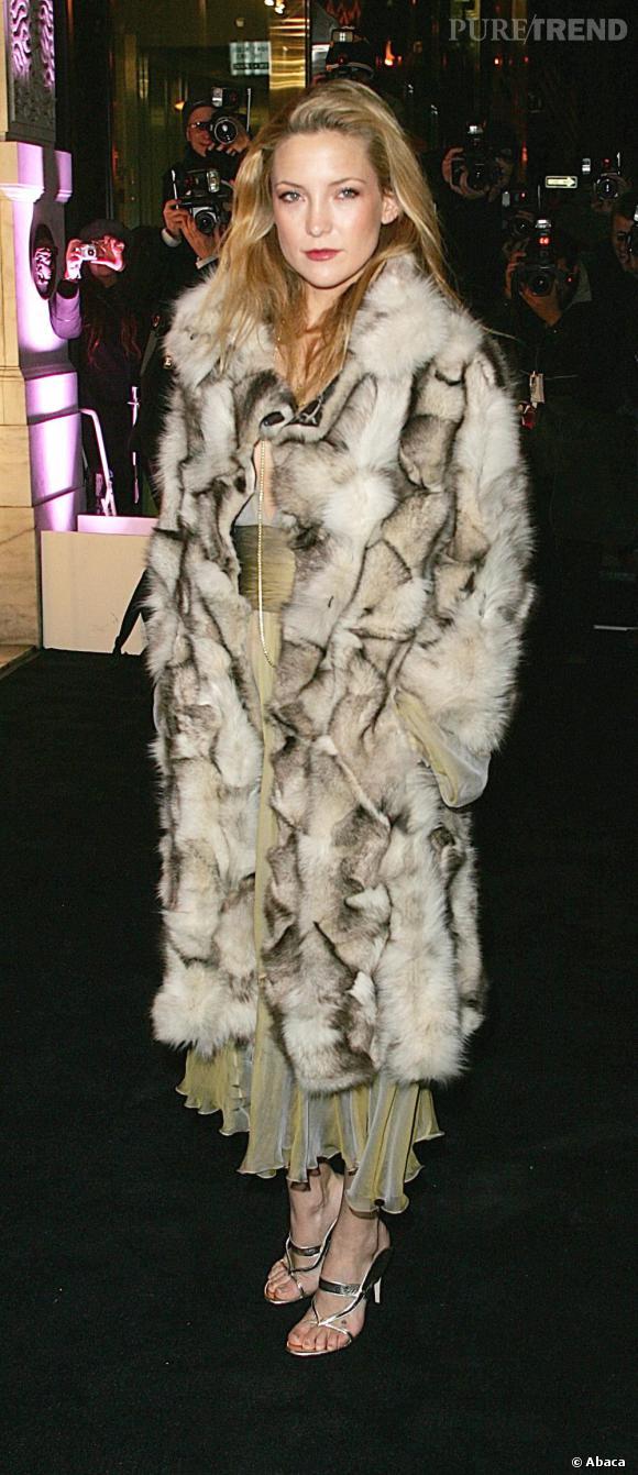 Le manteau en fourrure fait cheap, patchwork de pièces trouvées aux puces et plus de première fraîcheur. Limite Cruella d'Enfer.