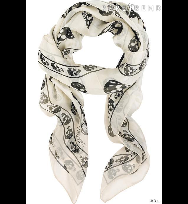 le foulard t tes de mort en soie l encore alexander mcqueen lance une mode l 39 univers gothi. Black Bedroom Furniture Sets. Home Design Ideas