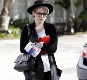 Kelly Osbourne, son look intello chic à shopper !