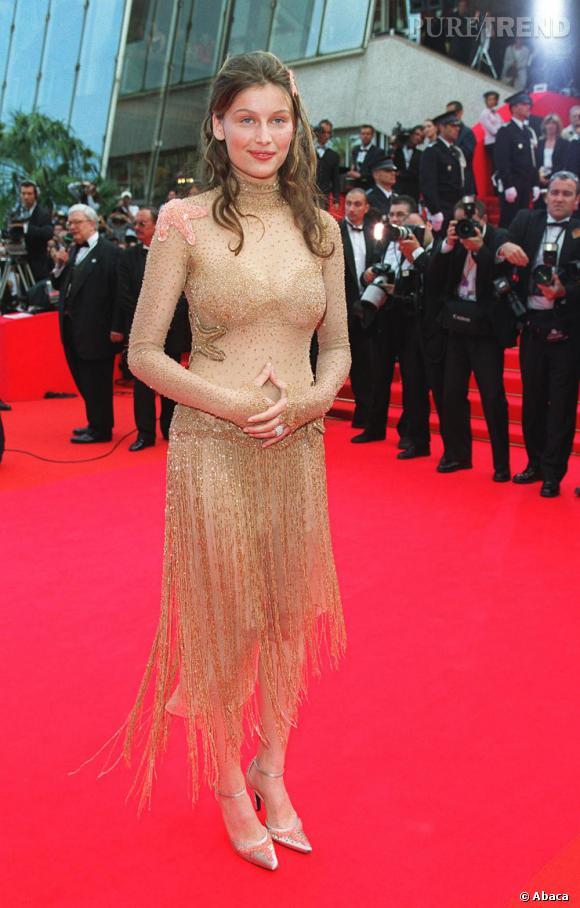 En 2000, Laetitia Casta joue les Fée Clochette sur tapis rouge.