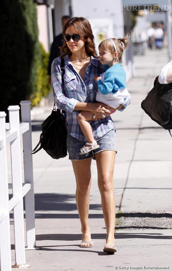 Jessica Alba sortant de l'Urth Café à Beverly Hills