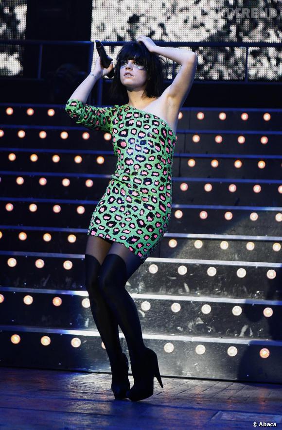 Lily Allen très sensuelle en imprimé sauvage. Sur scène aussi, la chanteuse adopte des looks de plus en plus pointus.