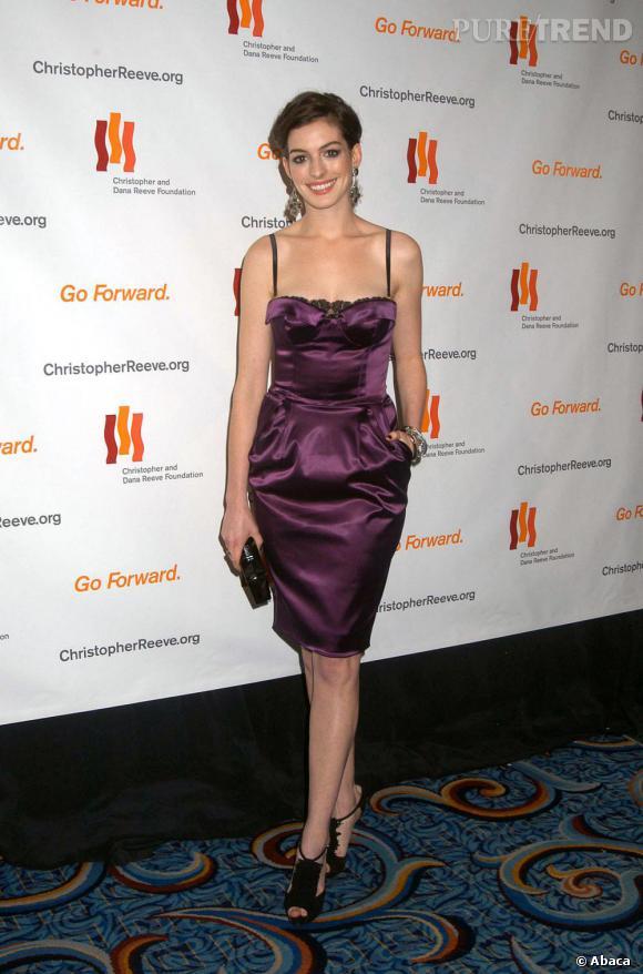 Anne s'essaye au look lingerie en robe de satin violette
