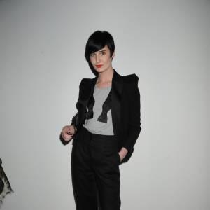 La sublime Erin O'Connor porte le sien avec un tee shirt gris, décontractée