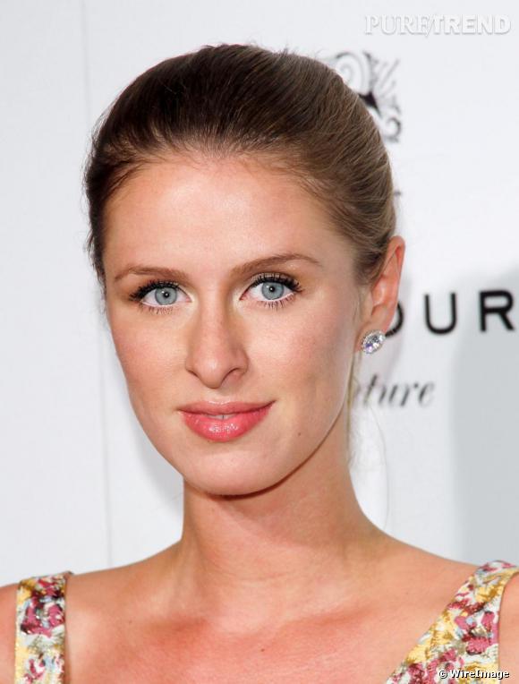 Nicky Hilton dévoile avec romantisme ses beaux yeux bleus.
