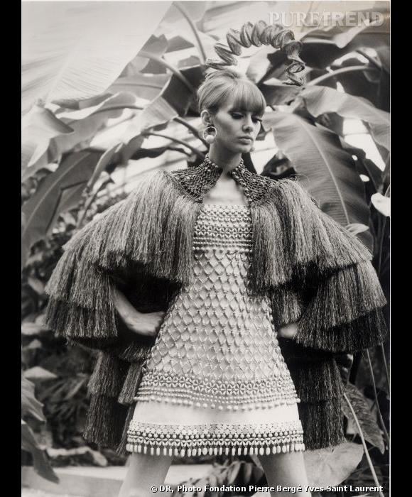 Premières photos de la collection africaine d'Yves Saint Laurent (janvier 1968), portées par des mannequins blanches