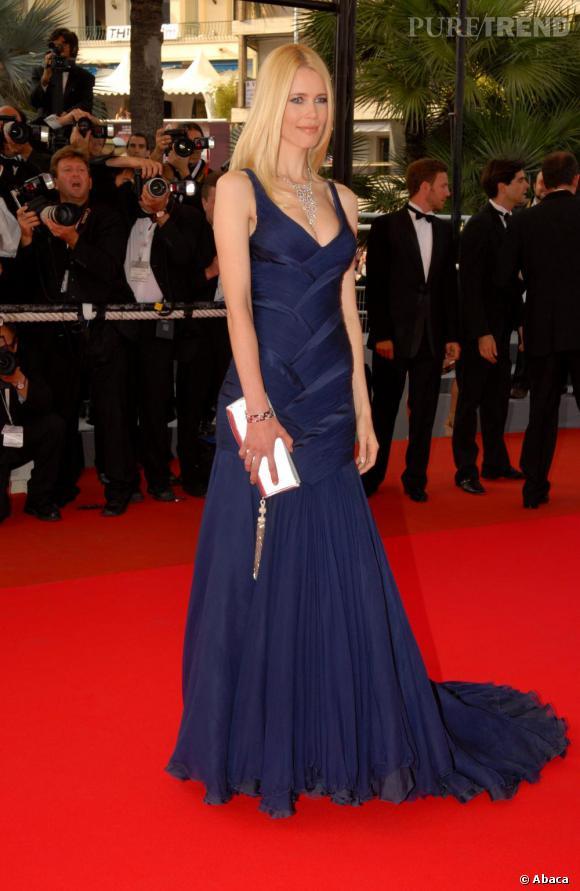 2007 : Claudia Schiffer a enfilé une longue robe bleu nuit à traîne. Ajustée et décolletée, elle flatte ses courbes discrètes avec goût.