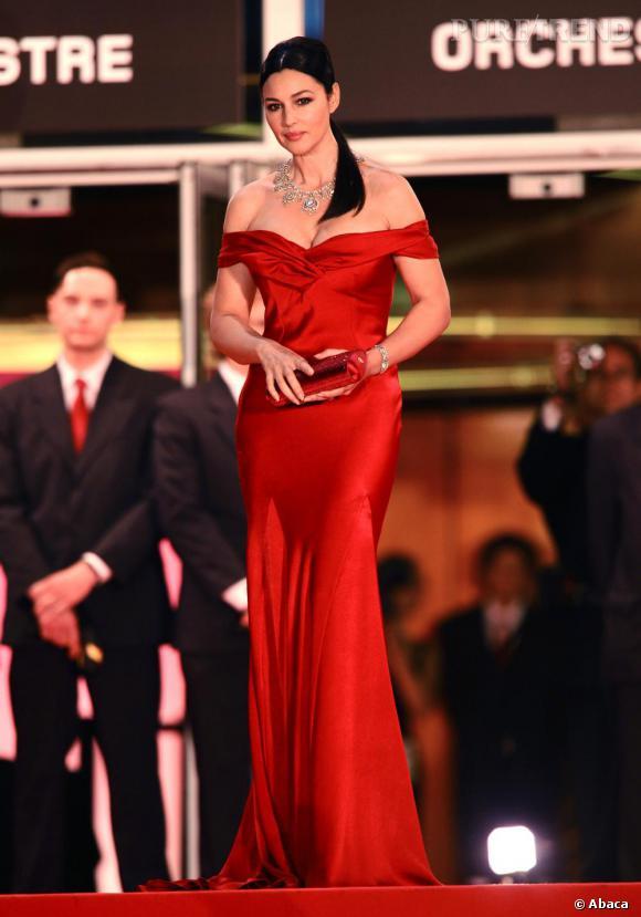 2009 : Monica Bellucci est restée fidèle à ses robes fourreau mais prend des risques avec le satin, matière ô combien dangereuse. Le résultat est divin avec cette robe Christian Dior.