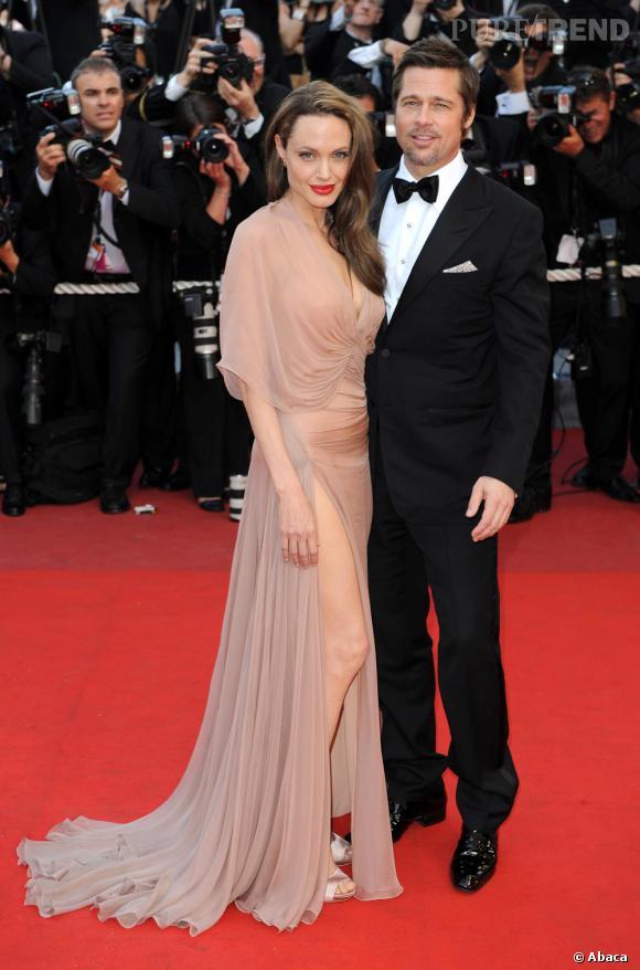2009 : revenue de grossesse, Angie a fait mouche dans une robe nude fendue Versace.