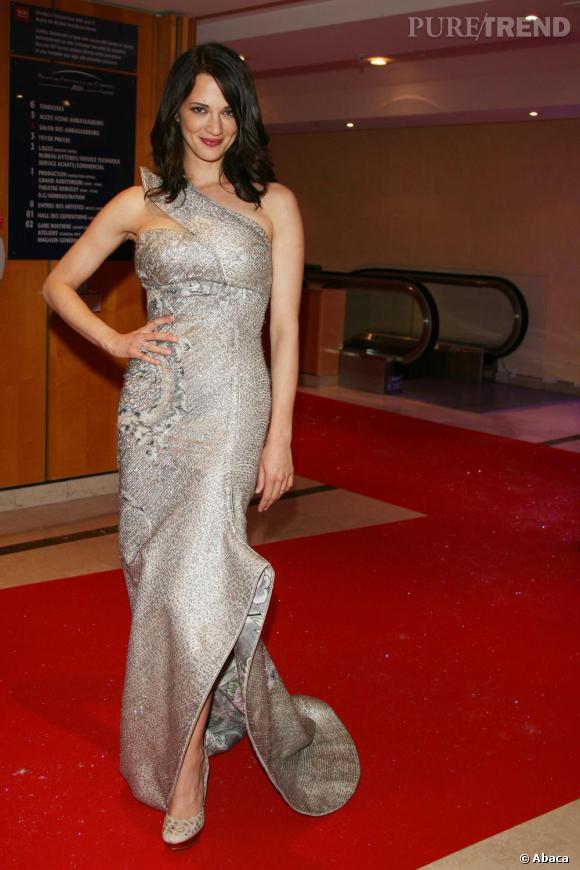 2009 : rare sur les tapis rouges, Asia Argento était à couper le souffle dans une création seconde peau asymétrique Armani Privé.